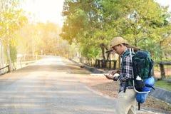 Sac à dos asiatique heureux d'homme de hippie à l'arrière-plan de nature Image libre de droits