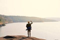 Sac à dos asiatique heureux d'homme de hippie à l'arrière-plan de nature Photographie stock