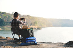 Sac à dos asiatique heureux d'homme de hippie à l'arrière-plan de nature Photographie stock libre de droits