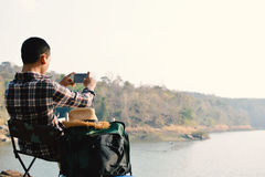 Sac à dos asiatique heureux d'homme de hippie à l'arrière-plan de nature Photo stock