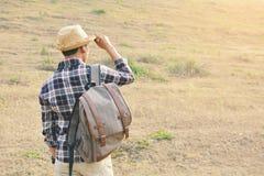 Sac à dos asiatique heureux d'homme de hippie Photographie stock