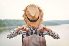 Sac à dos asiatique heureux de fille à l'arrière-plan de nature Photo stock