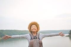 Sac à dos asiatique heureux de fille à l'arrière-plan de nature Image stock