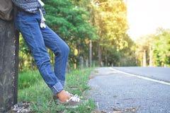 Sac à dos asiatique heureux de fille dans la route Photo libre de droits