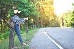 Sac à dos asiatique heureux de fille dans la route Photo stock