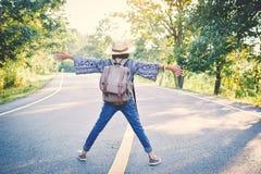 Sac à dos asiatique heureux de fille dans la route Images libres de droits