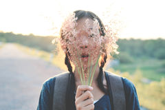 Sac à dos asiatique heureux de fille sur la route Photos libres de droits