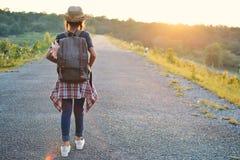 Sac à dos asiatique heureux de fille sur la route Photo libre de droits