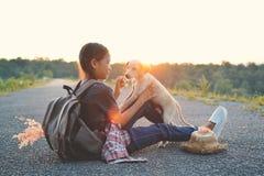 Sac à dos asiatique heureux de fille sur la route Photographie stock libre de droits