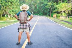 Sac à dos asiatique heureux de garçon dans la route Photo libre de droits