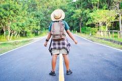 Sac à dos asiatique heureux de garçon dans la route Image stock
