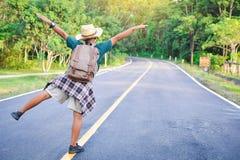 Sac à dos asiatique heureux de garçon dans la route Image libre de droits