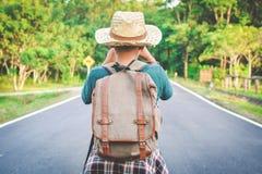 Sac à dos asiatique heureux de garçon dans la route Photographie stock libre de droits