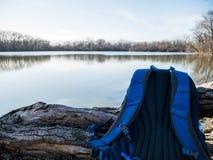 Sac à dos au cours de la journée près de la lagune Images stock