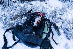 Sac à dos dans la neige Photographie stock