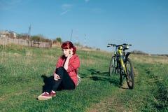 Sac à dos de bicyclette de voyage de fille Photographie stock