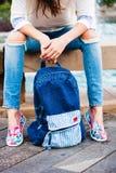 Sac à dos de blues-jean Photographie stock libre de droits