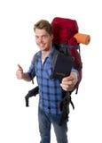 Sac à dos de transport se tenant de touristes de passeport de jeune randonneur prêt pour le voyage et l'aventure Photographie stock libre de droits
