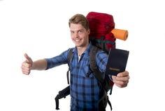 Sac à dos de transport se tenant de touristes de passeport de jeune randonneur prêt pour le voyage et l'aventure Image libre de droits