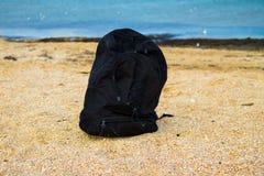 Sac à dos de voyage sur la plage arénacée de mer d'été Photographie stock libre de droits