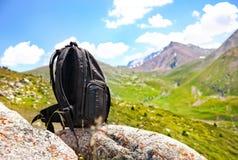 Sac à dos en montagnes image libre de droits