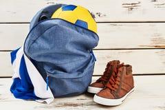 Sac à dos, espadrilles, boule et uniforme Photographie stock