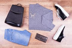 Sac à dos, jeans, veste, espadrilles et bourse Image libre de droits