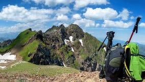 Sac à dos à l'arrière-plan du paysage de montagne banque de vidéos