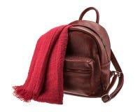 Sac à dos rouge du ` s de femmes avec le foulard d'isolement Photo libre de droits