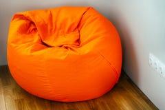 Sac à haricots orange dans le coin de la chambre images libres de droits