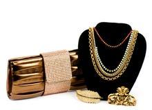 Sac à main à la mode et bijou d'or Photographie stock libre de droits