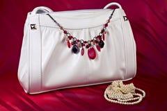 Sac à main blanc avec le collier et les perles photographie stock libre de droits