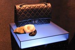 Sac à main de Chanel dans l'étalage d'hublot Photo libre de droits