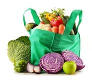 Sac à provisions avec la variété de légumes organiques frais Photos stock