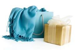 Sac à provisions avec le cadre d'écharpe et de cadeau Images libres de droits