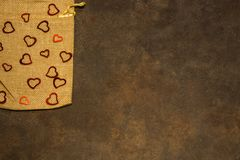 Sac à tissu avec des coeurs sur le fond rustique pour le ` s DA de Valentine Photos stock