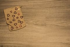 Sac à tissu avec des coeurs sur le fond rustique pour le ` s DA de Valentine Photo libre de droits