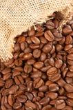 Sac à toile de jute et grains de café Photos stock