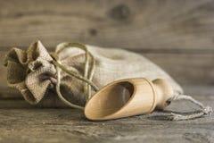 Sac à toile de jute et scoop en bois Photographie stock libre de droits