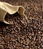 Sac à toile de jute sur les grains de café frais Image libre de droits