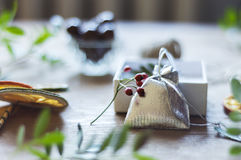Sac argenté de cadeau sur la table Image stock