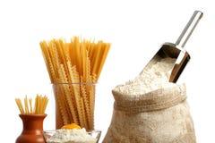 Sac avec de la farine et des macaronis image libre de droits