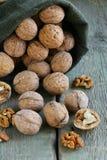 Sac avec les noix mûres entières image libre de droits