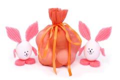 Sac avec les oeufs et le lapin de deux Pâques photos stock
