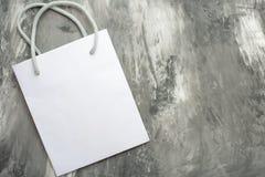 Sac blanc vide de cadeau sur le fond Le concept des inscriptions de conception et de police et du placement d'image photographie stock