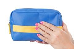 Sac cosmétique bleu chez des mains de la femme Photographie stock