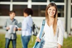 Sac d'épaule de transport de femme avec des étudiants dedans Photos stock
