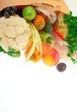 Sac d'épicerie avec des fruits et légumes Photographie stock libre de droits
