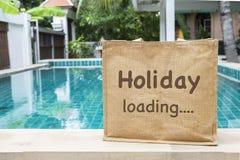Sac d'eco de chargement de vacances au-dessus de piscine brouillée Photographie stock