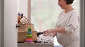 Sac d'emballage de femme enceinte pour l'hôpital de maternité banque de vidéos